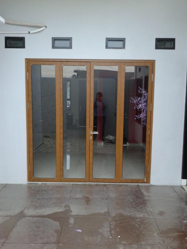 Pintu lipat corak kayu